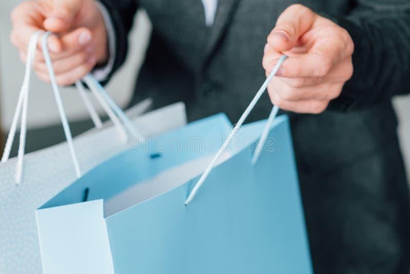 Saco urbano de compra do homem do estilo de vida da venda do tempo imagens de stock royalty free