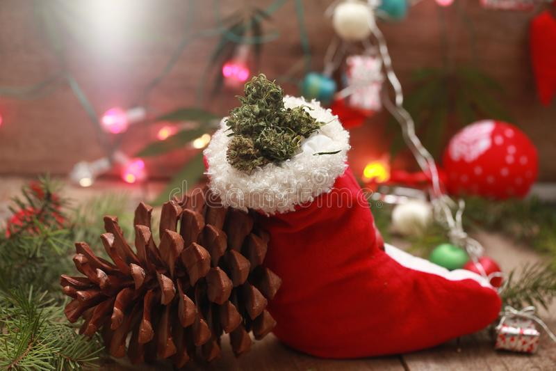 saco vermelho do Natal de Santa com erva da marijuana fotografia de stock royalty free