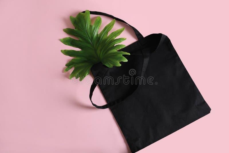Sacola e folha de Eco no fundo da cor, vista superior imagem de stock royalty free