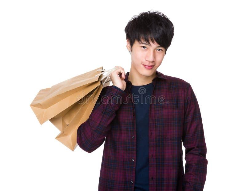 Sacos asiáticos novos da compra e da terra arrendada do homem imagem de stock royalty free