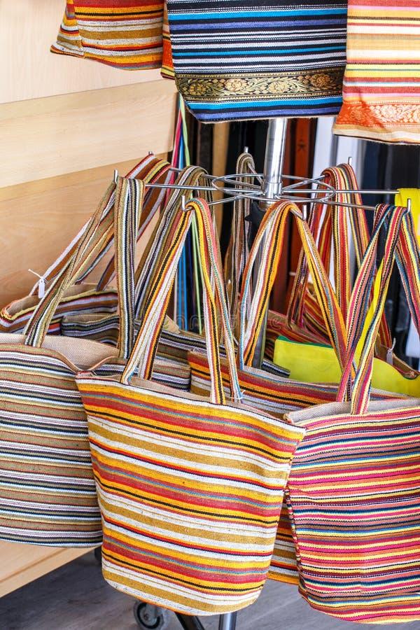 Sacos coloridos da praia na loja Sacos coloridos verão da praia imagens de stock