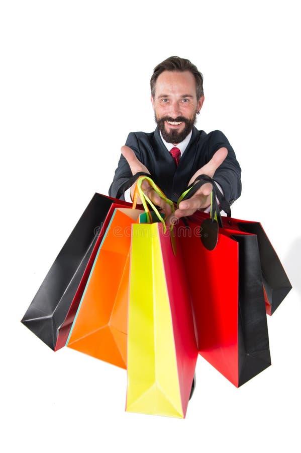 Sacos coloridos disponivéis do gerente de vendas isolado no fundo branco Vendas sazonais para comprar Indivíduo com suas compras fotografia de stock royalty free