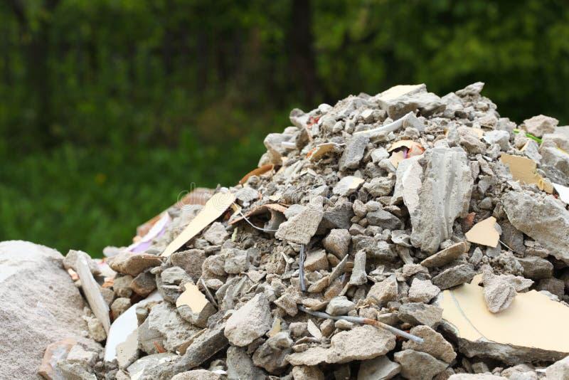 Sacos completos da entulho dos restos do desperdício da construção foto de stock royalty free