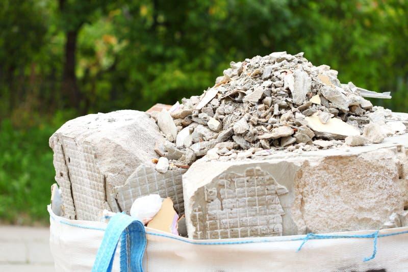 Sacos completos da entulho dos restos do desperdício da construção foto de stock