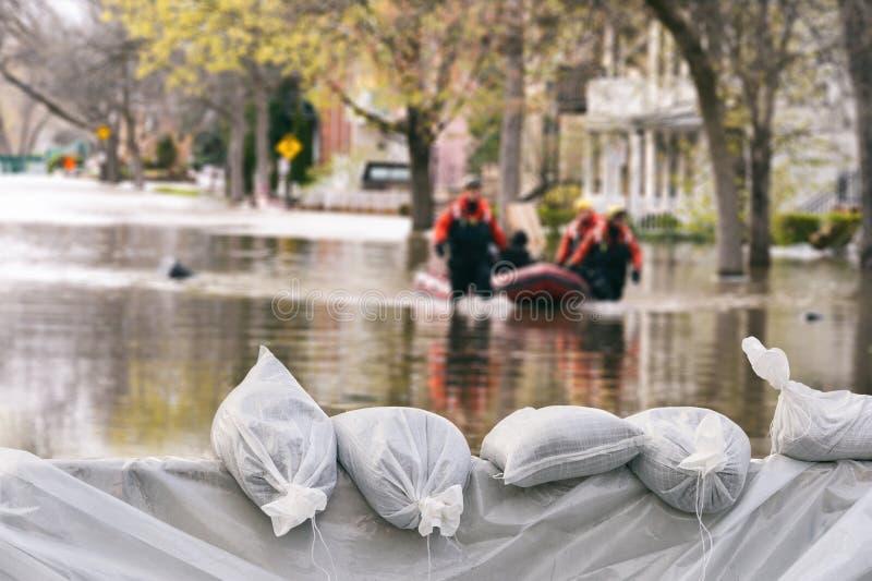 Sacos de areia da proteção de inundação fotografia de stock royalty free