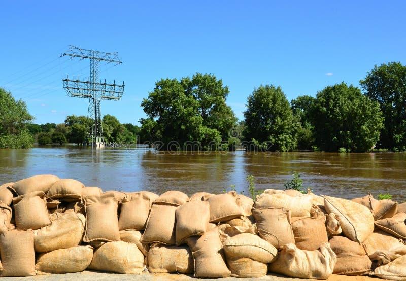 Sacos de areia enchidos como a proteção contra inundações fotografia de stock royalty free