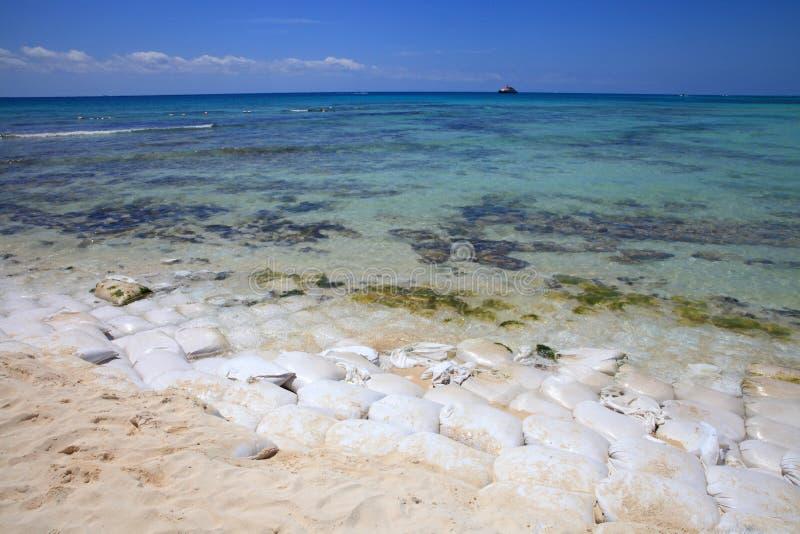 Sacos de areia na praia imagem de stock