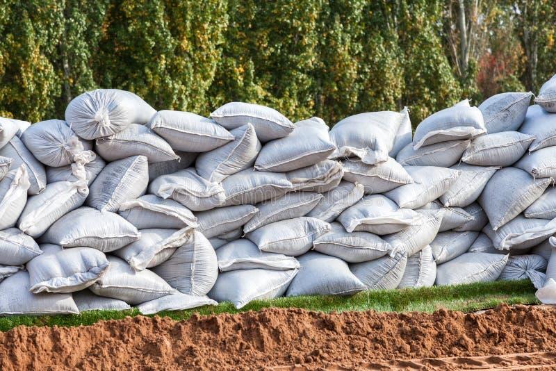 Sacos de areia para a defesa da inundação foto de stock royalty free