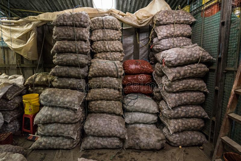 Sacos de batatas no ¡ de Bogotà do mercado de Paloqumao fotografia de stock