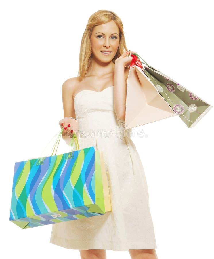 Sacos de compra carreg da mulher nova imagens de stock royalty free