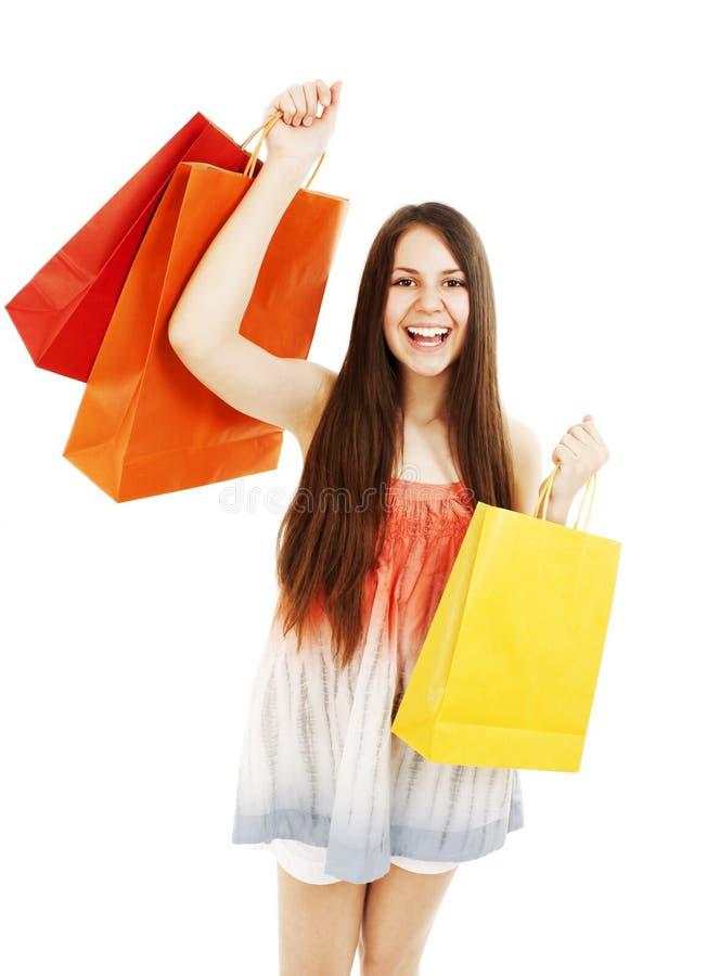 Sacos de compra carreg impressionantes da mulher nova foto de stock