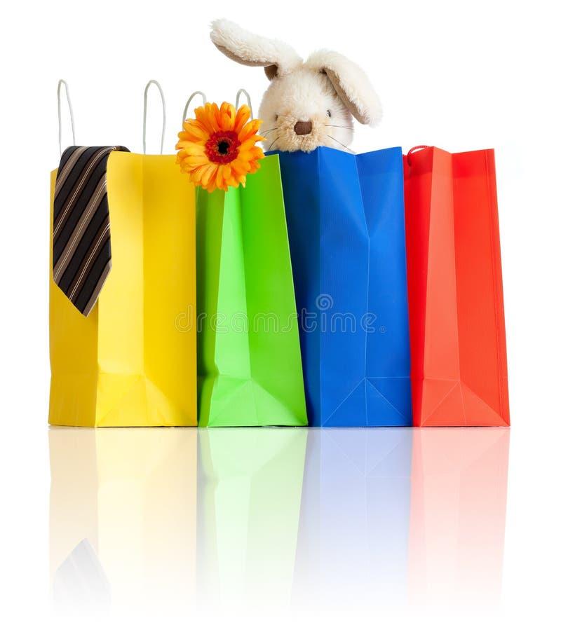 Sacos de compra com compras para a família no branco fotos de stock