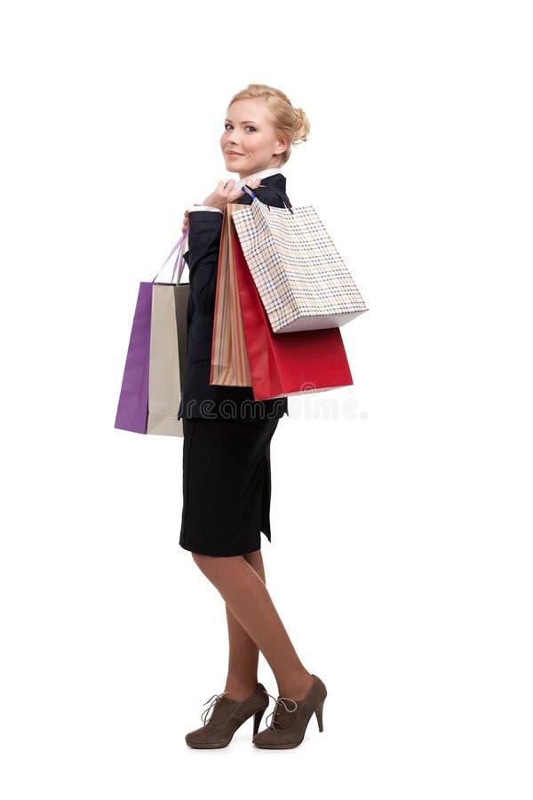 Sacos de compra da terra arrendada da mulher de negócios foto de stock