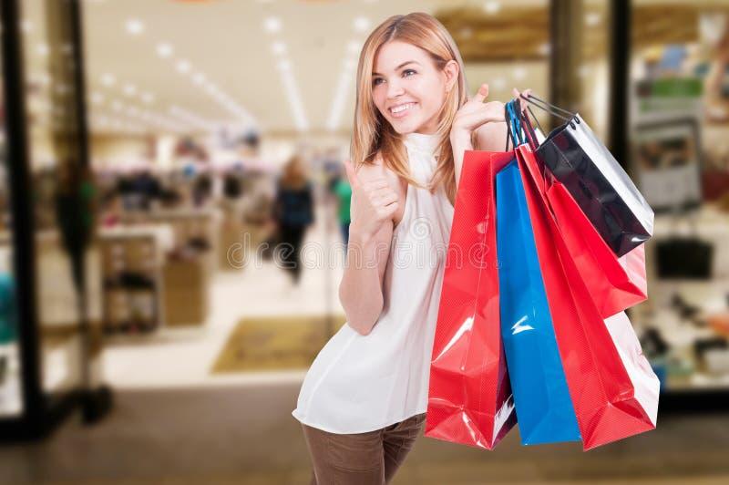 Sacos de compras coloridos da jovem mulher terra arrendada bonita imagens de stock