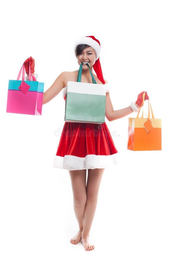 Sacos de compras da tomada da mulher com a cara feliz do sorriso isolada sobre o whi foto de stock royalty free