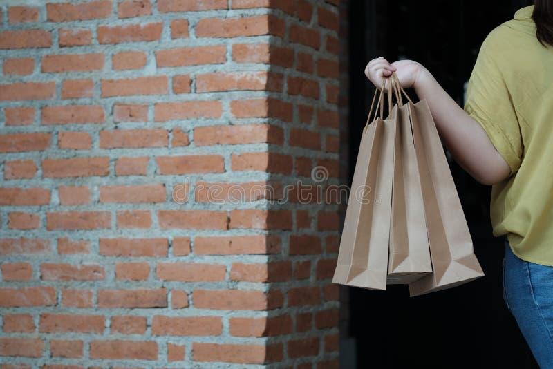 Sacos de compras da venda da terra arrendada da jovem mulher imagens de stock