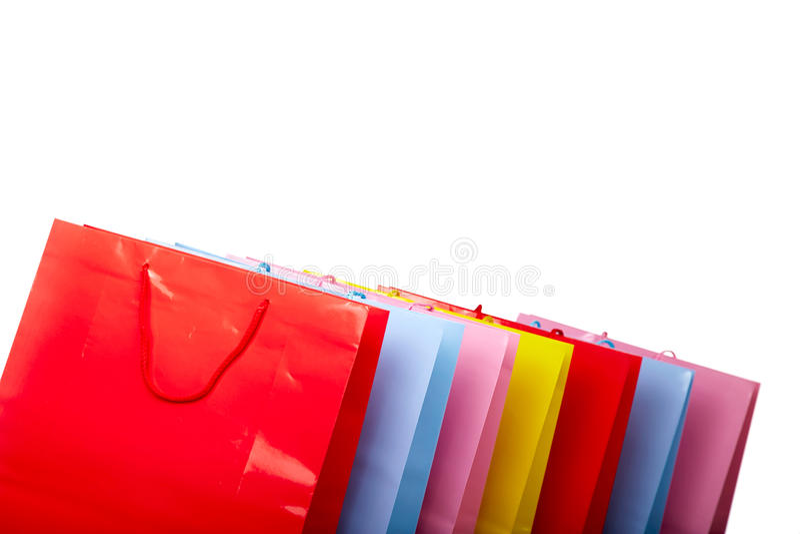 Sacos de compras de papel coloridos isolados no branco imagens de stock royalty free