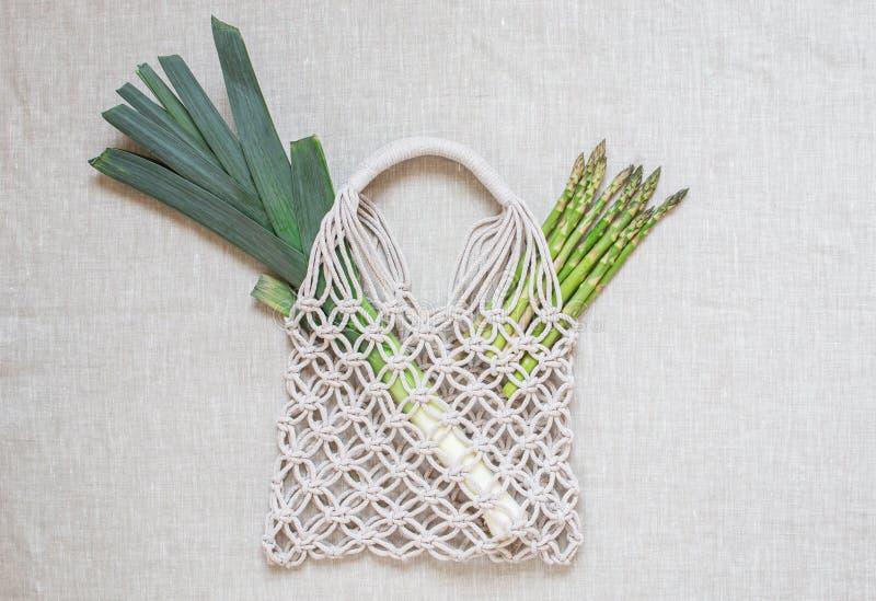 Sacos de compras feitos a mão do macramê no fundo claro Eco amig?vel embroidery Conceito moderno do ver?o fotografia de stock royalty free