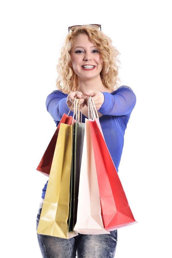 Sacos de compras levando da jovem mulher impressionante fotos de stock royalty free