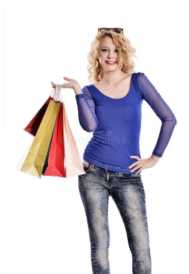 Sacos de compras levando da jovem mulher impressionante fotografia de stock royalty free