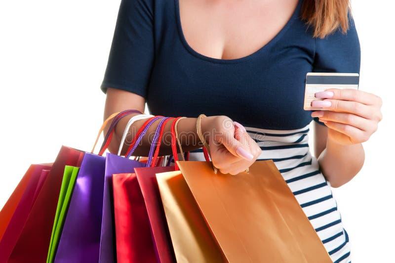 Sacos de compras levando da mulher e guardar um cartão de crédito imagens de stock royalty free