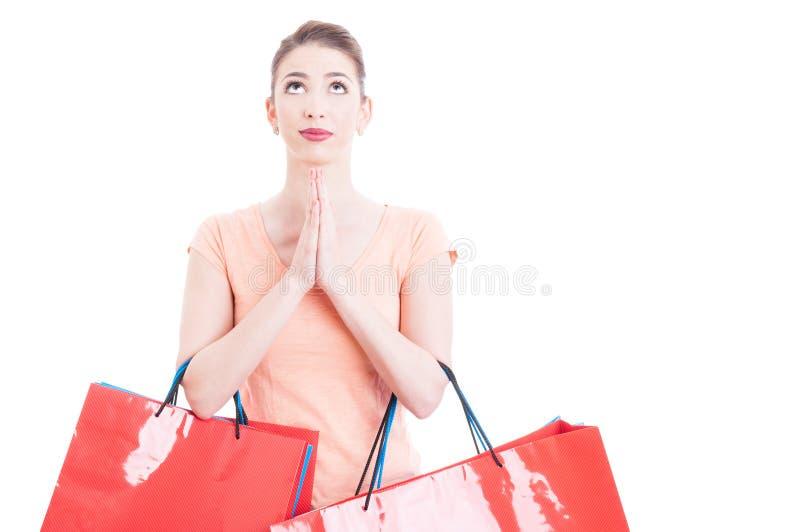 Sacos de compras levando da mulher que rezam e que esperam para algo imagens de stock royalty free