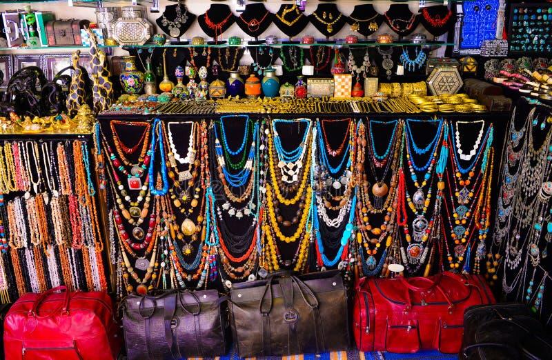 Sacos de couro e colares coloridos, acessórios árabes do artesanato, Sidi Bou Said Market imagens de stock
