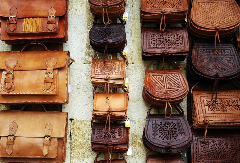Sacos de couro feitos a mão bonitos para a venda em Santillana Del Mar, Cantábria fotografia de stock royalty free