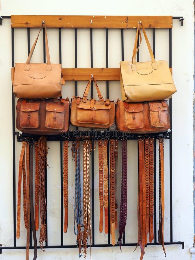 Sacos de couro feitos a mão e correias imagens de stock royalty free