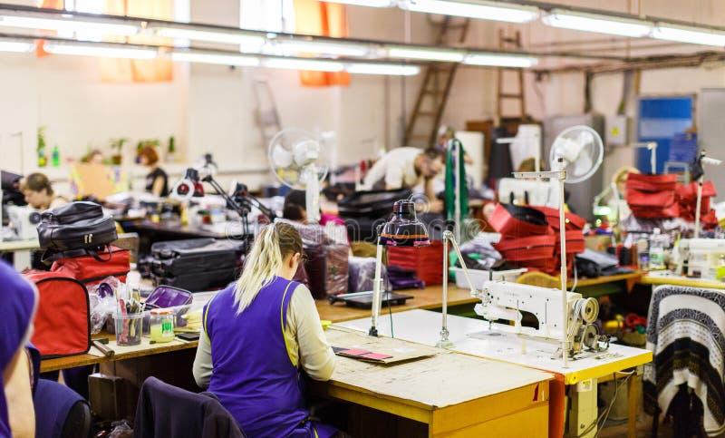Sacos de fabricação dos povos imagens de stock