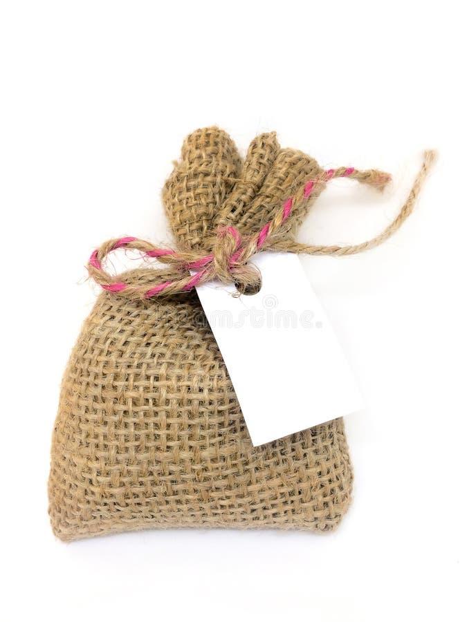 Sacos de los bolsos del saco o sacos separados en un fondo blanco, y una tarjeta de regalo para escribir mensajes imagen de archivo