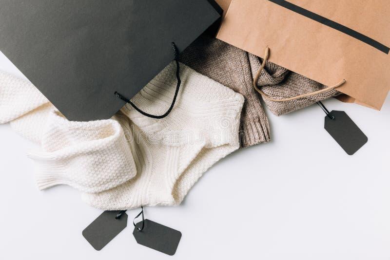 Sacos de papel, roupa e etiquetas imagem de stock