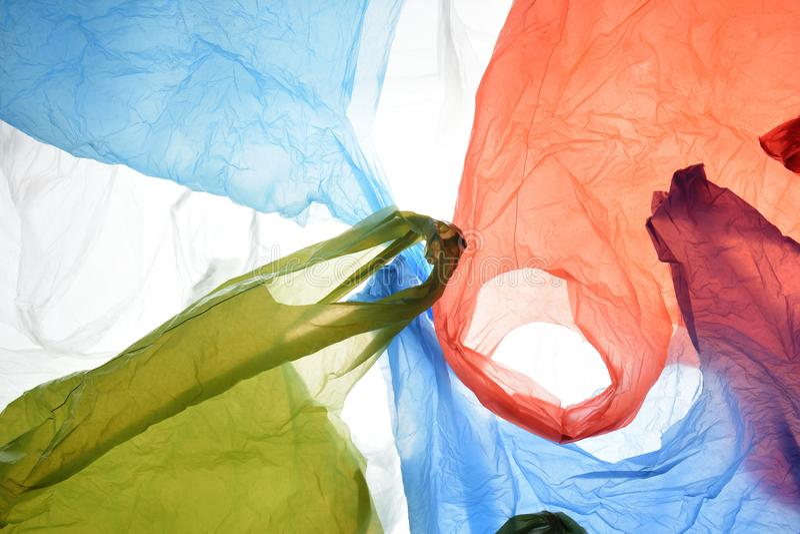 Sacos de plástico de cores usadas e transparentes imagens de stock