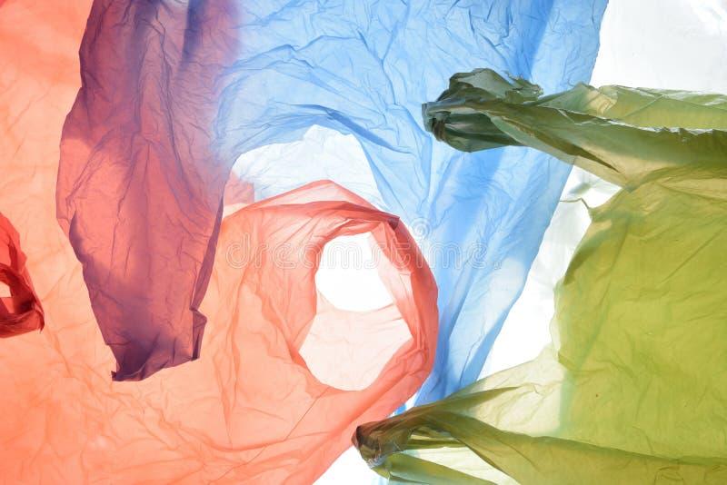 Sacos de plástico de cores usadas e transparentes imagem de stock