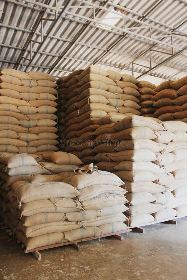 Sacos del cáñamo que contienen el arroz imagen de archivo