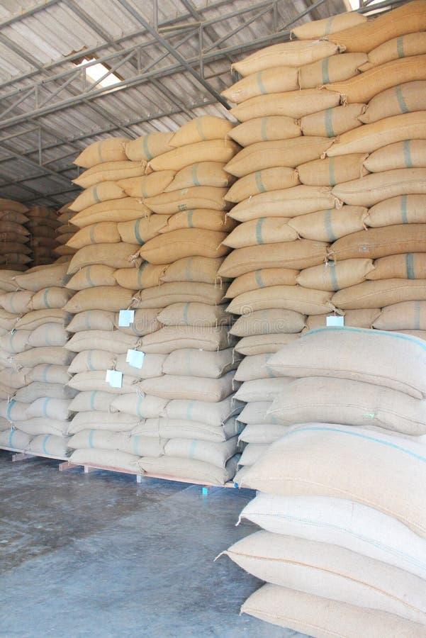 Sacos del cáñamo que contienen el arroz fotografía de archivo