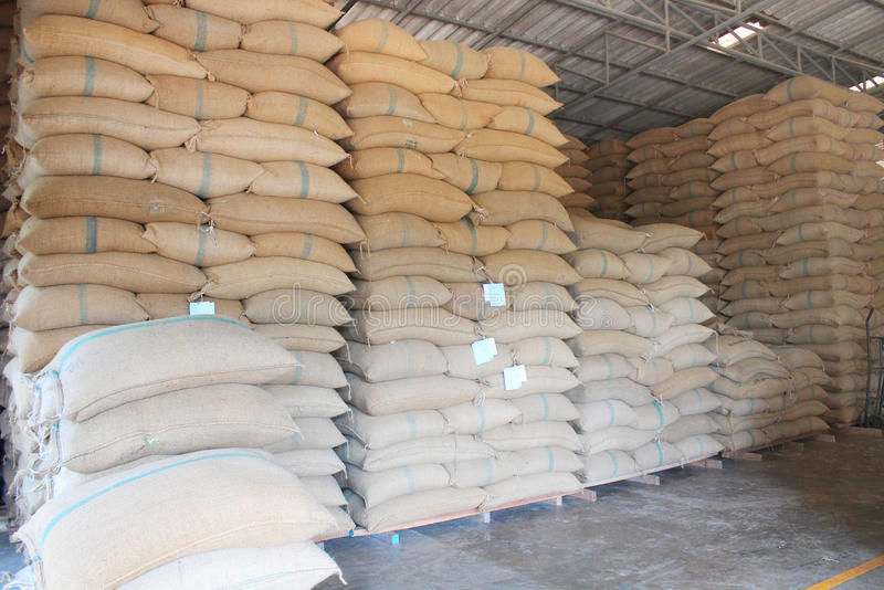 Sacos del cáñamo que contienen el arroz imagen de archivo libre de regalías