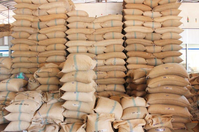 Sacos del cáñamo que contienen el arroz fotos de archivo