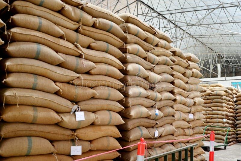 Sacos del cáñamo que contienen el arroz fotografía de archivo libre de regalías
