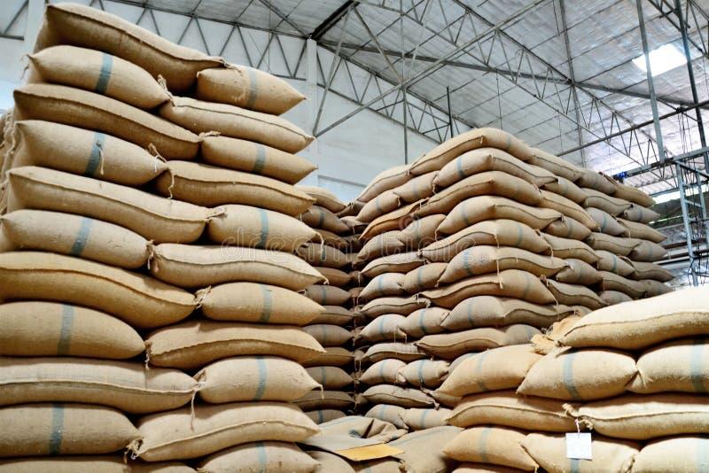 Sacos del cáñamo que contienen el arroz imágenes de archivo libres de regalías
