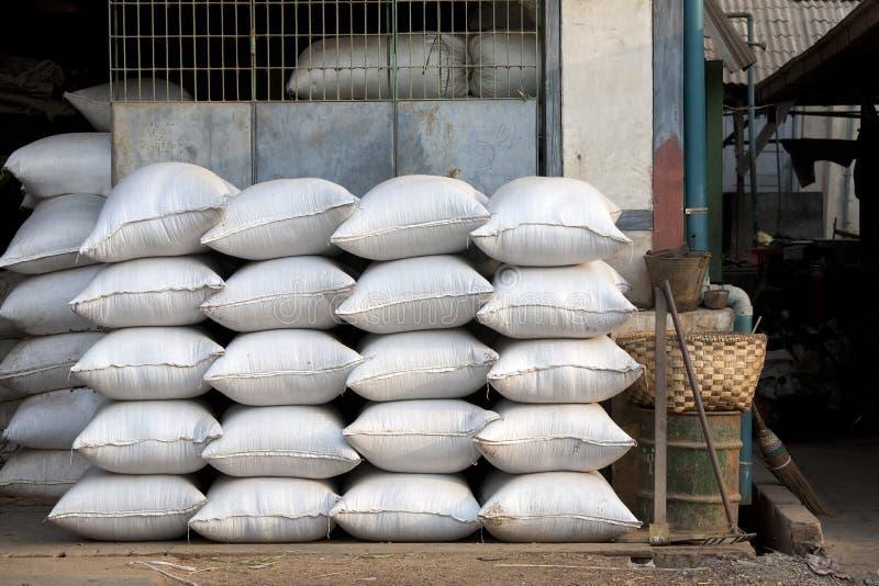 Sacos do arroz no caminhão foto de stock