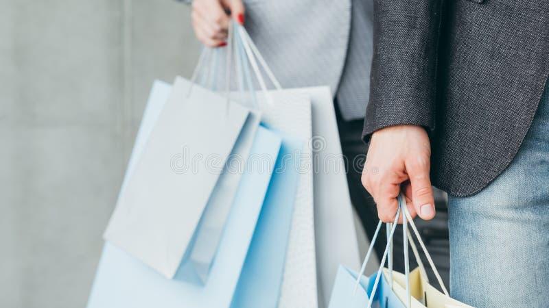 Sacos a meio da temporada do homem da venda da loja da roupa da compra fotografia de stock