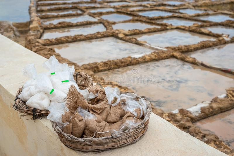 Sacos pequenos de sal de Gozo em Marsalforn imagem de stock