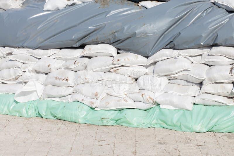 Sacos plásticos da areia para a proteção de inundação foto de stock royalty free