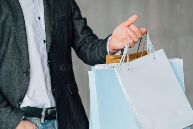 Sacos urbanos de compra do estilo de vida do fashionist do homem imagens de stock