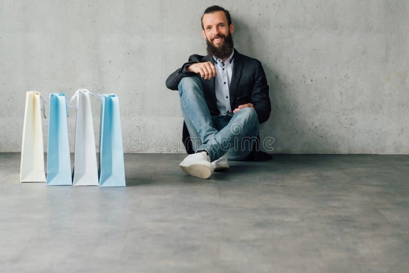 Sacos urbanos de compra do homem novo do estilo de vida do tempo foto de stock