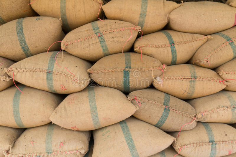 Sacos velhos do cânhamo que contêm o arroz imagens de stock