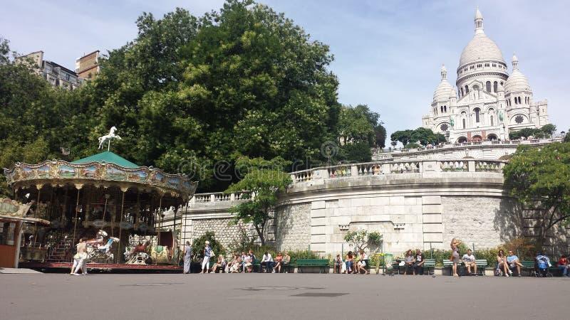 Sacré-Coeur de París y un carrusel fotos de archivo