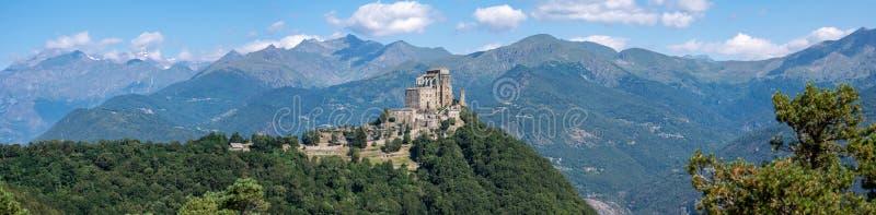 Sacra di San Michele o l'abbazia di St Michael e le alpi, Piemonte, Italia fotografia stock