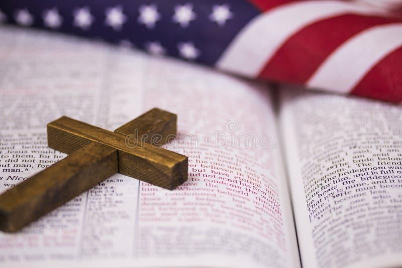 Sacra scrittura santa della bibbia e di Christian Cross immagine stock